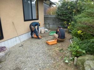 福岡市南ヶ丘  防草シート張り作業
