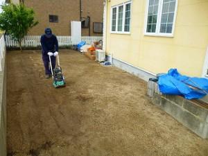人工芝張り作業整地転圧作業中
