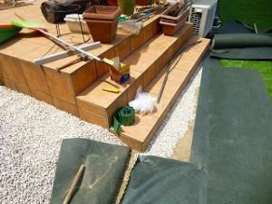 人工芝張り作業防草シート張り作業中