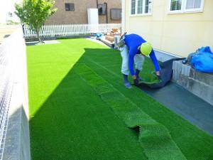人工芝張り作業人工芝張り作業中