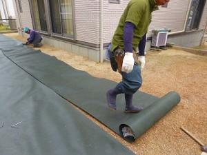 除草 防草シート施工防草シート張り作業中