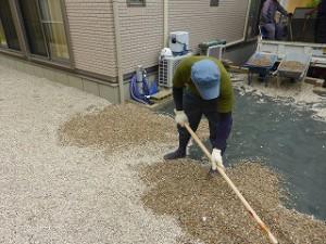 除草 防草シート施工砂利敷作業中